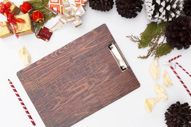 평평하다 크리스마스 클립 보드 이랑. 크리스마스 아이디어, 메모, 계획 작성 개념. 해피 앤