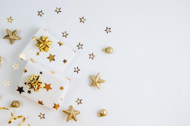 평면 누워 크리스마스 또는 선물 상자, 황금 활과 별 파티 배경. 플랫 레이