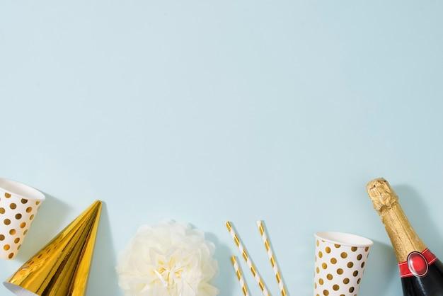 ギフトボックス、シャンパンボトル、弓、装飾、金の包装紙でフラットレイクリスマスやパーティーの背景。フラットレイ、上面図