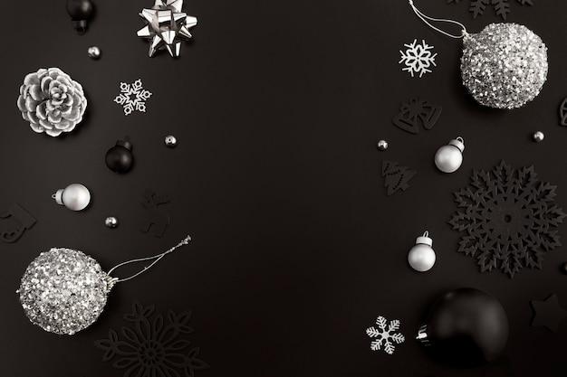 Lay piatto di ornamenti natalizi con copia spazio