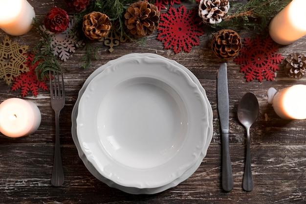 Composizione di stoviglie natalizie piatte
