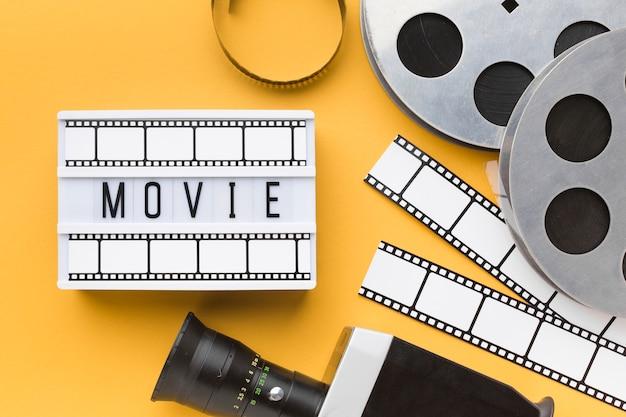 Elementi di cinema piatto laici su sfondo giallo