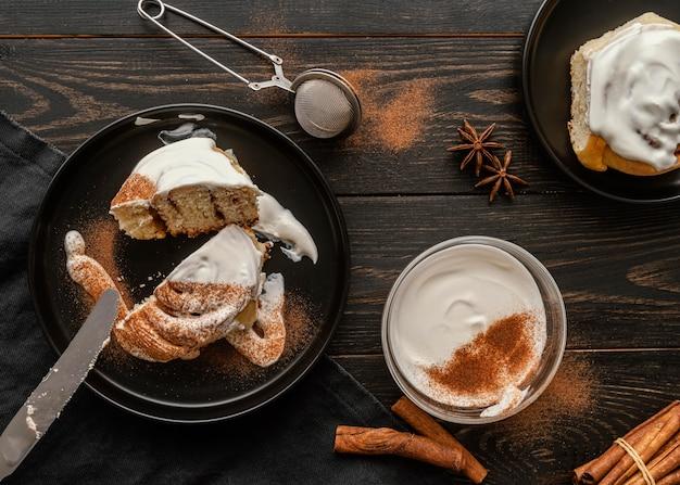 Плоские булочки с корицей на тарелке