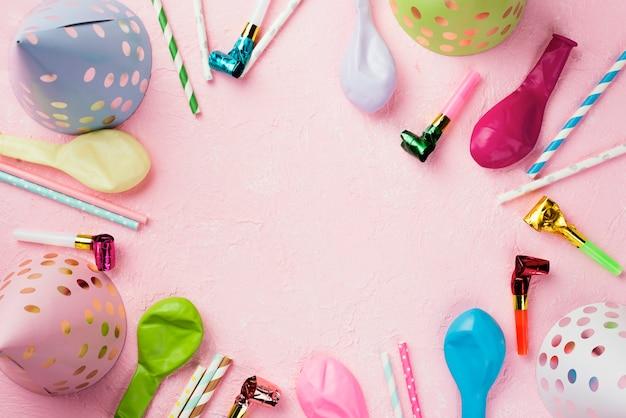 Cornice circolare piatta con palloncini e cappelli