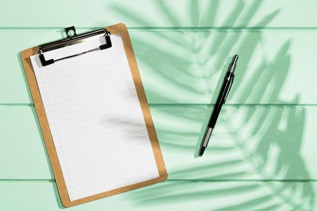 Плоский планшет с копией пространства и теневыми листьями