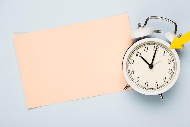 Плоские лежал часы с поздравительной открыткой