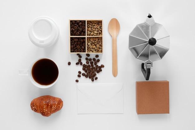 白い背景の上のフラットレイコーヒーのブランド構成