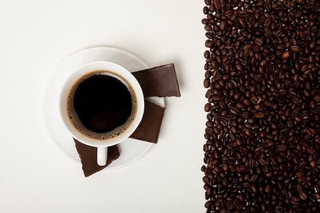 Плоская лежал чашка кофе на простом фоне