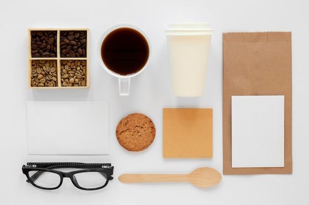白い背景の上のフラットレイコーヒーショップのブランド構成