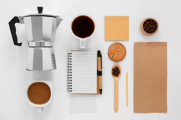 白い背景の上のフラットレイコーヒーショップの構成