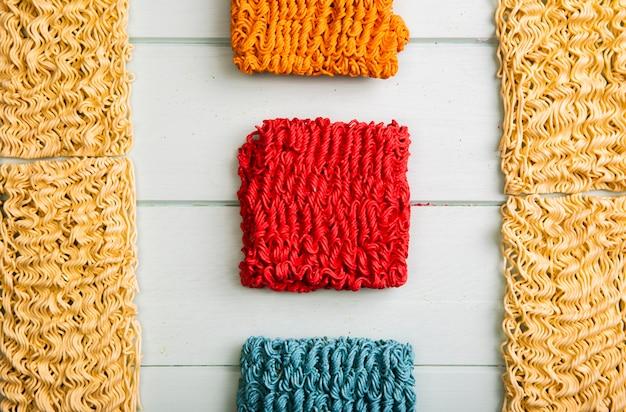 Tagliatelle ramen colorate e di base piatte