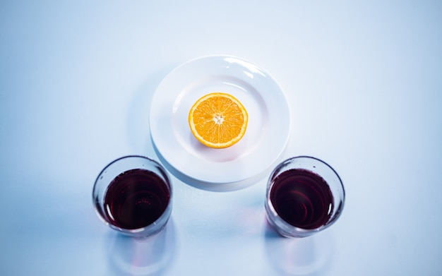 평평한 평신도 다채로운 과일 수집 슬라이스 오렌지 망고와 주스 카트만두 네팔