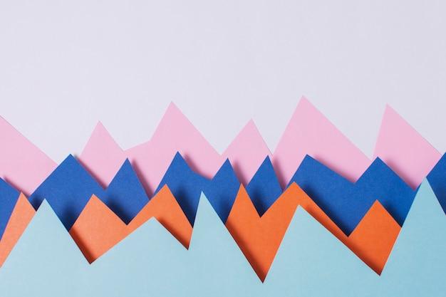 보라색 배경에 평면 누워 다채로운 종이