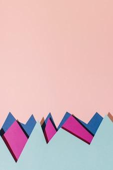 Carta colorata piatta laici su sfondo rosa