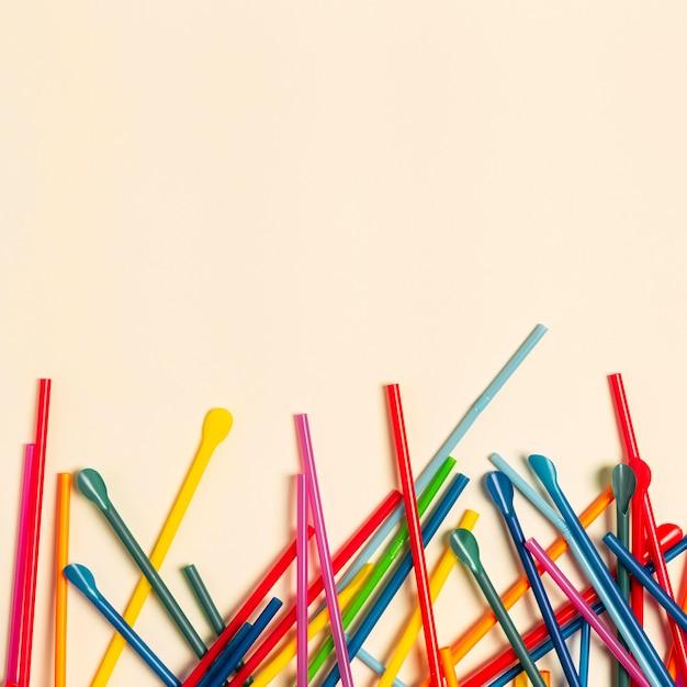 Collezione di cannucce di plastica colorate piatte