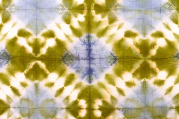Lay piatto di colorato tessuto tie-dye