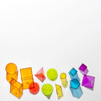 Lay piatto di forme traslucide colorate con spazio di copia