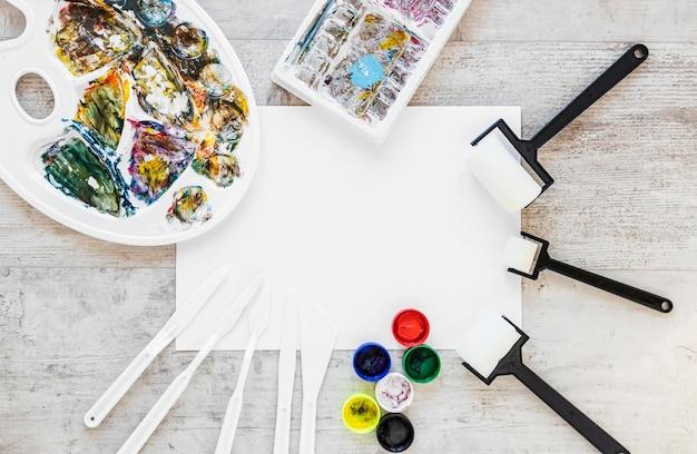 Tavolozza e pennelli del vassoio dei colori piatti