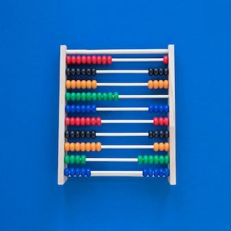Плоские лежали разноцветные счеты для подсчета