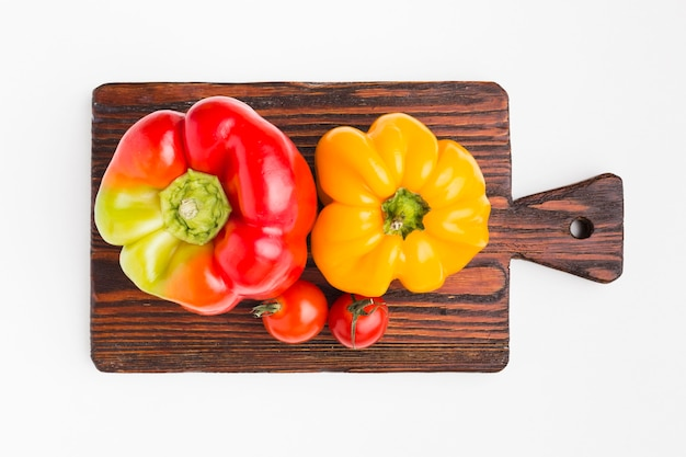 Плоская красочная композиция из овощей на деревянной доске