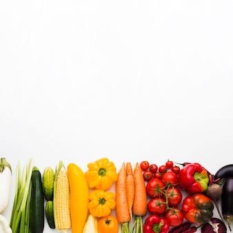 Плоская планировка красочная композиция из овощей с копией пространства