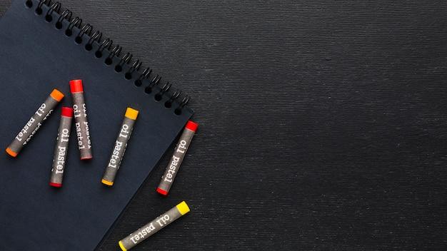 Плоские разложенные цветные мелки и карандаши