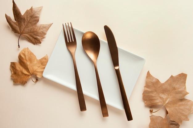 Composizione piatta laici di belle stoviglie sul tavolo