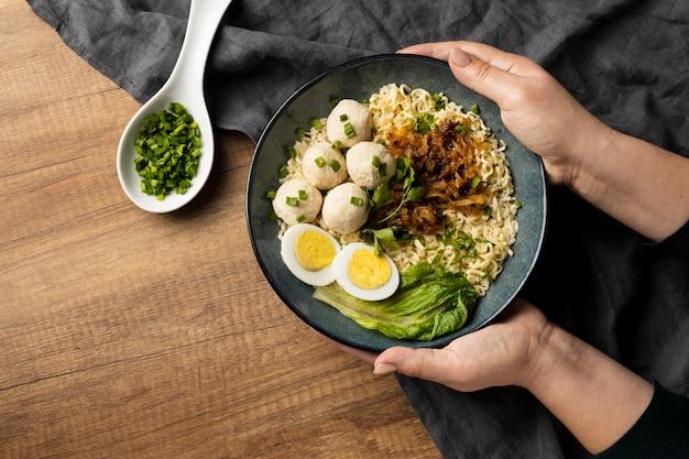 Composizione piatta laica di delizioso bakso indonesiano