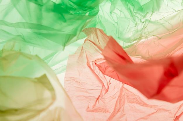 Composizione piatta di diversi sacchetti di plastica colorati