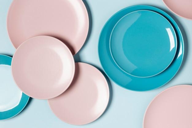 Composizione piatta laica di diversi piatti colorati
