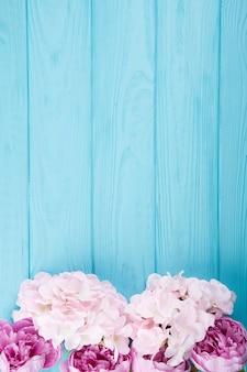 Composizione piatta laici di fiori con copyspace