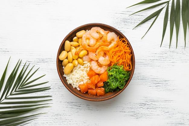 Composizione piatta di poke bowl hawaiana