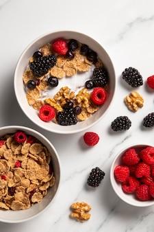 Composizione piatta laica di cereali ciotola sana con frutti di bosco