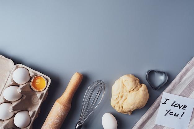 평면 위치 구성, 회색 배경, 복사 공간에 쿠키를 굽기위한 재료.