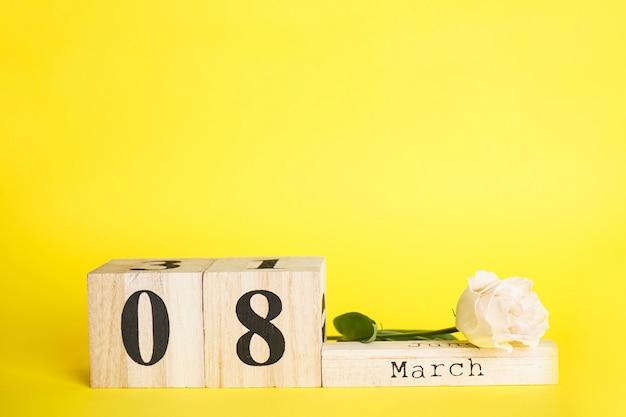 フラットレイ構成3月8日花と木製のカレンダー