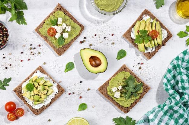 Плоская композиция из тостов с авокадо на легкой основе. вертикальный формат.