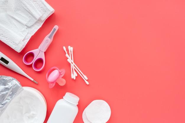 신생아 관리를 위한 아기 제품과 화장품의 평평한 구성, 위쪽 전망, 텍스트 복사 공간. 아기 위생 개념입니다. 밝은 아기 배경.