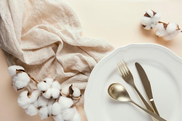 Плоская композиция красивой посуды на столе