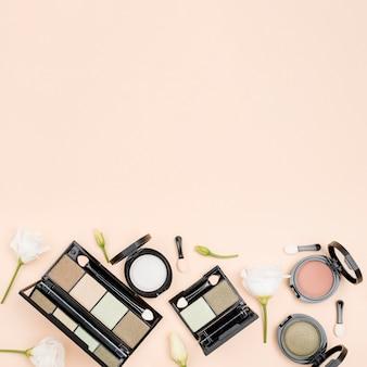 Плоская планировка косметических продуктов с копией пространства