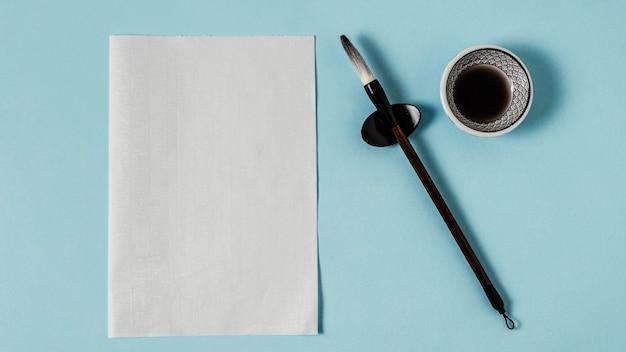 빈 카드와 함께 중국 잉크의 평면 위치 구성