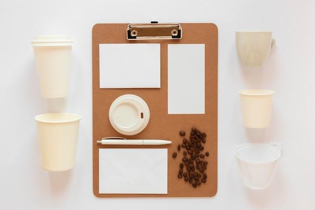 コーヒーのブランド要素のフラットレイ構成