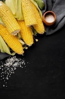 コピースペースとおいしいトウモロコシのフラットレイアウト構成