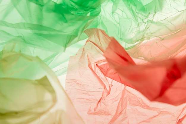 다른 색깔의 비닐 봉지의 평평한 위치 구성