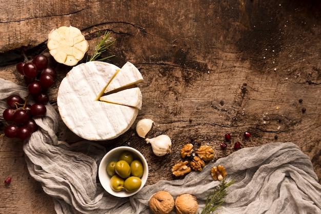 Плоская композиция различных деликатесов на деревянном столе
