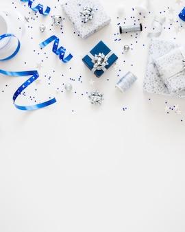 コピースペースのあるお祭りのラップされたプレゼントのフラットレイ構成