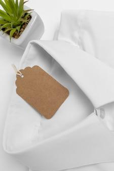 접힌 셔츠와 빈 태그의 평면 위치 구성