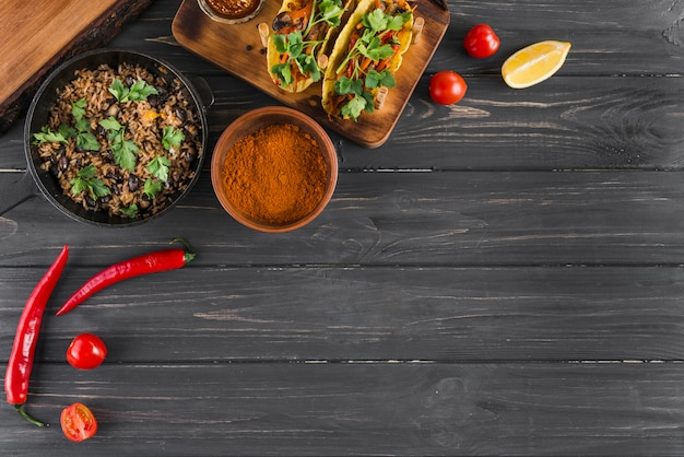 Copyspaceとメキシコ料理のフラットレイアウト構成 Premium写真