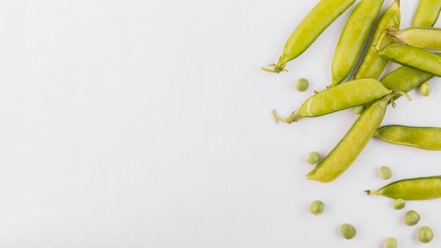 コピースペースとエンドウ豆のフラットレイアウト構成