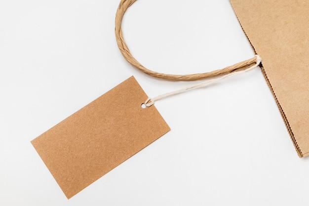 재활용 가능한 태그와 쇼핑백의 평면 배치 구성
