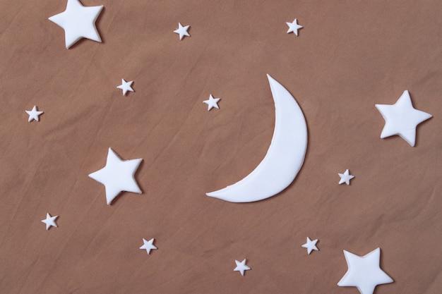 Плоская композиция из луны и звезд на листе. креативная концепция мечты